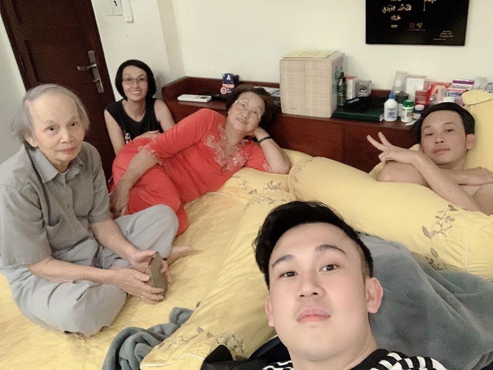 Hoài Linh nằm giường chưa kịp mặc áo, Dương Triệu Vũ đã vào dựng dậy bắt lì xì-2