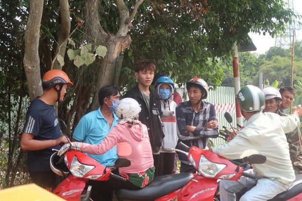 Clip: Nhiều người dân bất chấp nguy hiểm, đứng hóng cảnh sát vây bắt nghi phạm bắn chết 5 người ở Sài Gòn-1