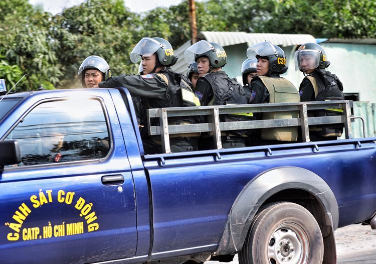 Clip: Nhiều người dân bất chấp nguy hiểm, đứng hóng cảnh sát vây bắt nghi phạm bắn chết 5 người ở Sài Gòn-4