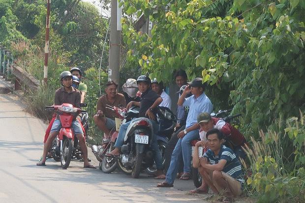 Clip: Nhiều người dân bất chấp nguy hiểm, đứng hóng cảnh sát vây bắt nghi phạm bắn chết 5 người ở Sài Gòn-2