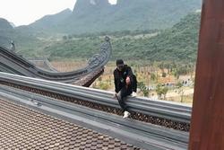 Chàng trai bị chỉ trích vì trèo lên mái chùa Tam Chúc chụp ảnh sống ảo