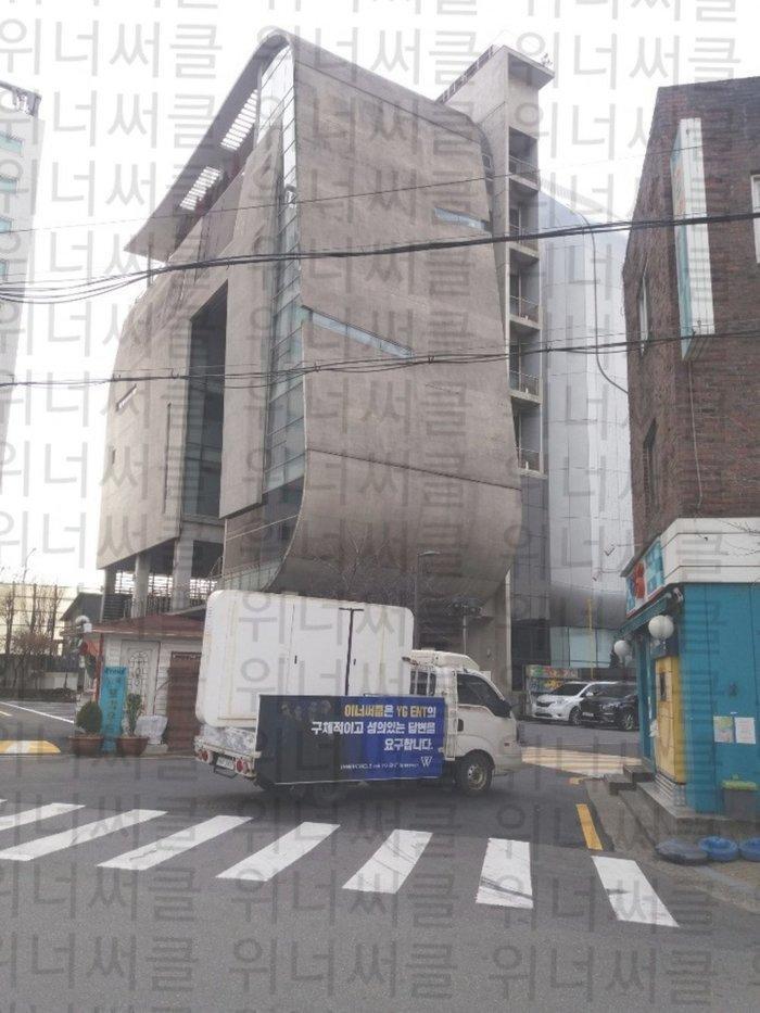 Sau vụ việc loạt xe tải đèn LED vây quanh tòa nhà, YG chính thức lên tiếng về hoạt động của WINNER-1