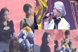 TWICE khó chịu ra mặt, Momo nén nước mắt khi MC đùa kém duyên về chuyện hẹn hò với Heechul