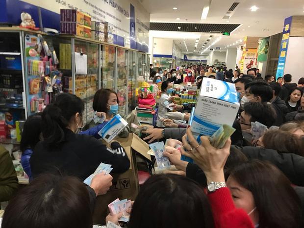 Quá sợ virus corona, người dân Hà Nội chen lấn xô đẩy mua khẩu trang dù giá tăng nhanh hơn vàng-1