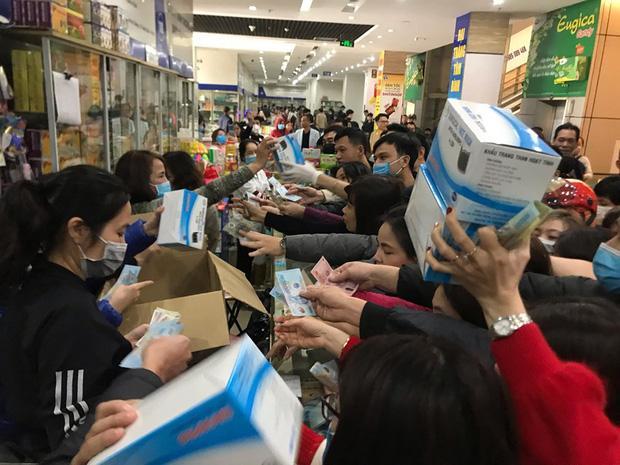 Quá sợ virus corona, người dân Hà Nội chen lấn xô đẩy mua khẩu trang dù giá tăng nhanh hơn vàng-2