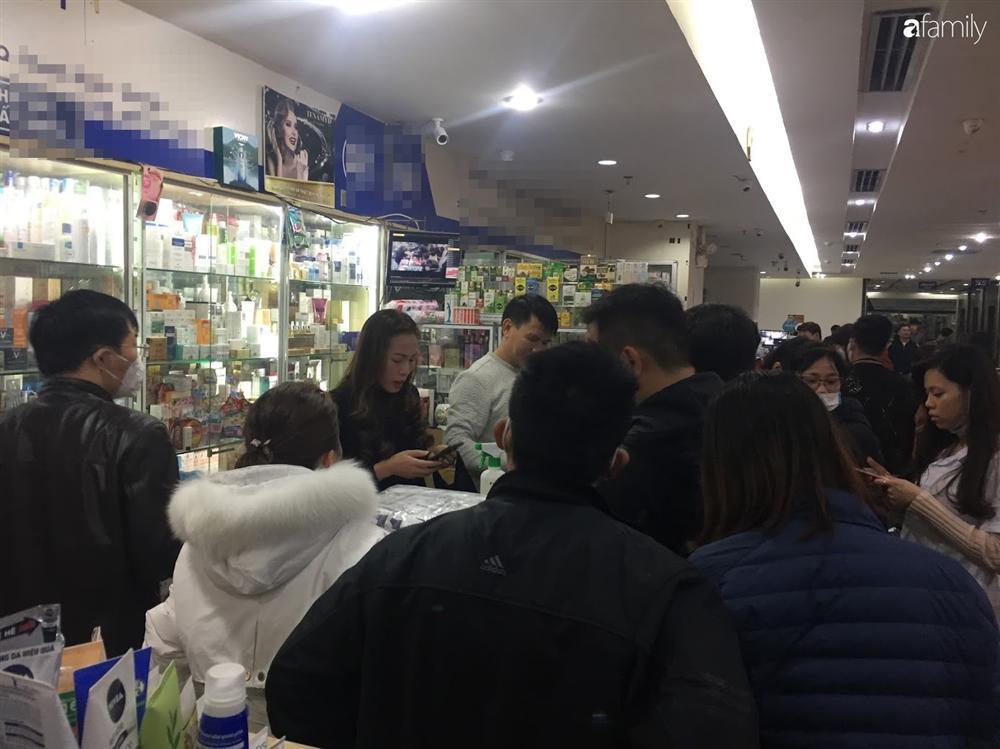 Quá sợ virus corona, người dân Hà Nội chen lấn xô đẩy mua khẩu trang dù giá tăng nhanh hơn vàng-5
