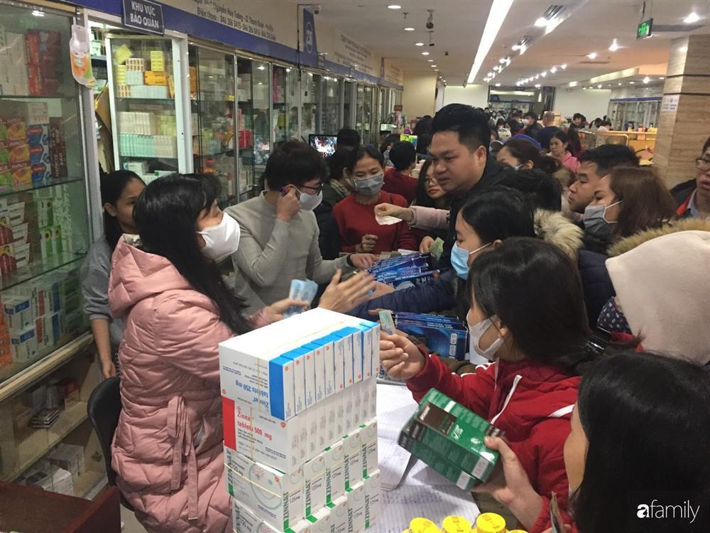Quá sợ virus corona, người dân Hà Nội chen lấn xô đẩy mua khẩu trang dù giá tăng nhanh hơn vàng-4