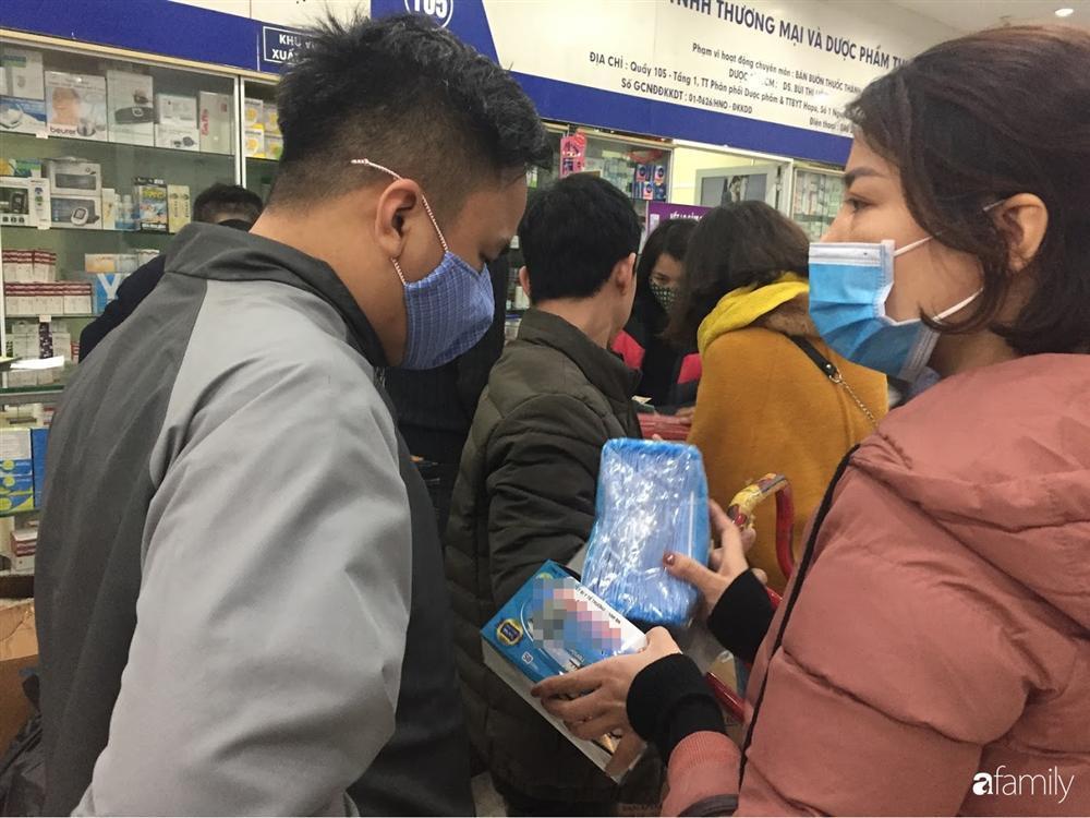 Quá sợ virus corona, người dân Hà Nội chen lấn xô đẩy mua khẩu trang dù giá tăng nhanh hơn vàng-8