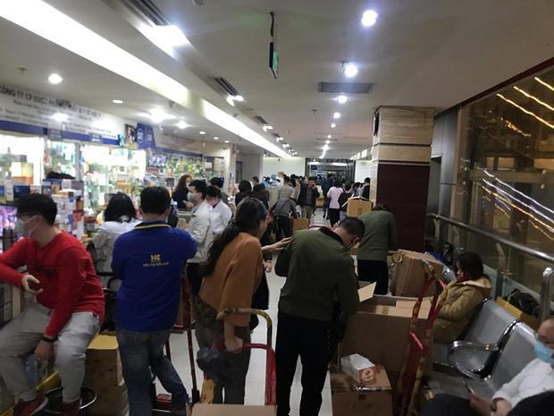 Quá sợ virus corona, người dân Hà Nội chen lấn xô đẩy mua khẩu trang dù giá tăng nhanh hơn vàng-6
