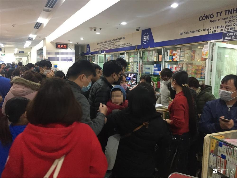 Quá sợ virus corona, người dân Hà Nội chen lấn xô đẩy mua khẩu trang dù giá tăng nhanh hơn vàng-7