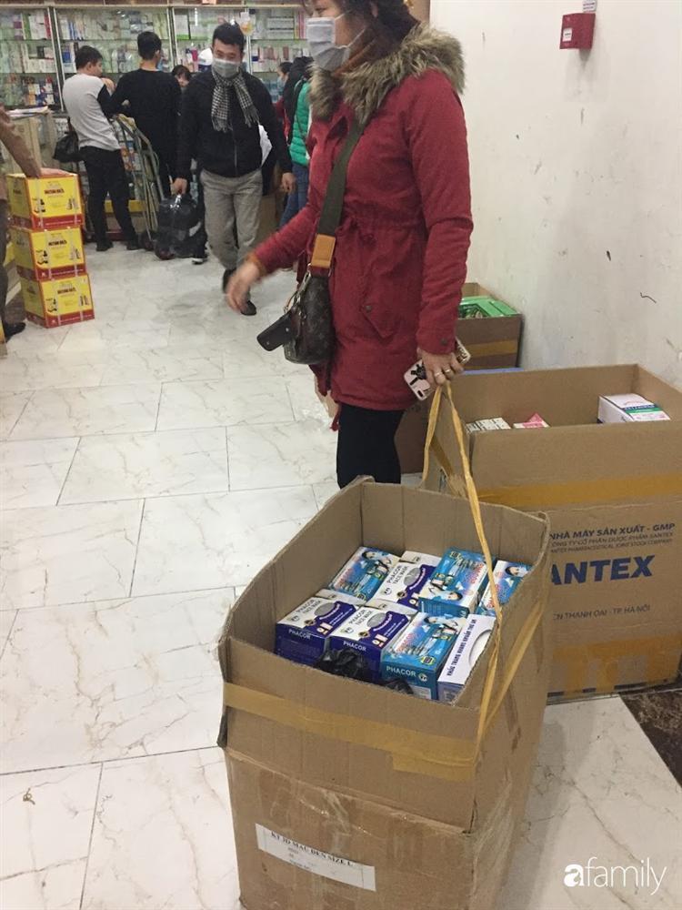 Quá sợ virus corona, người dân Hà Nội chen lấn xô đẩy mua khẩu trang dù giá tăng nhanh hơn vàng-10