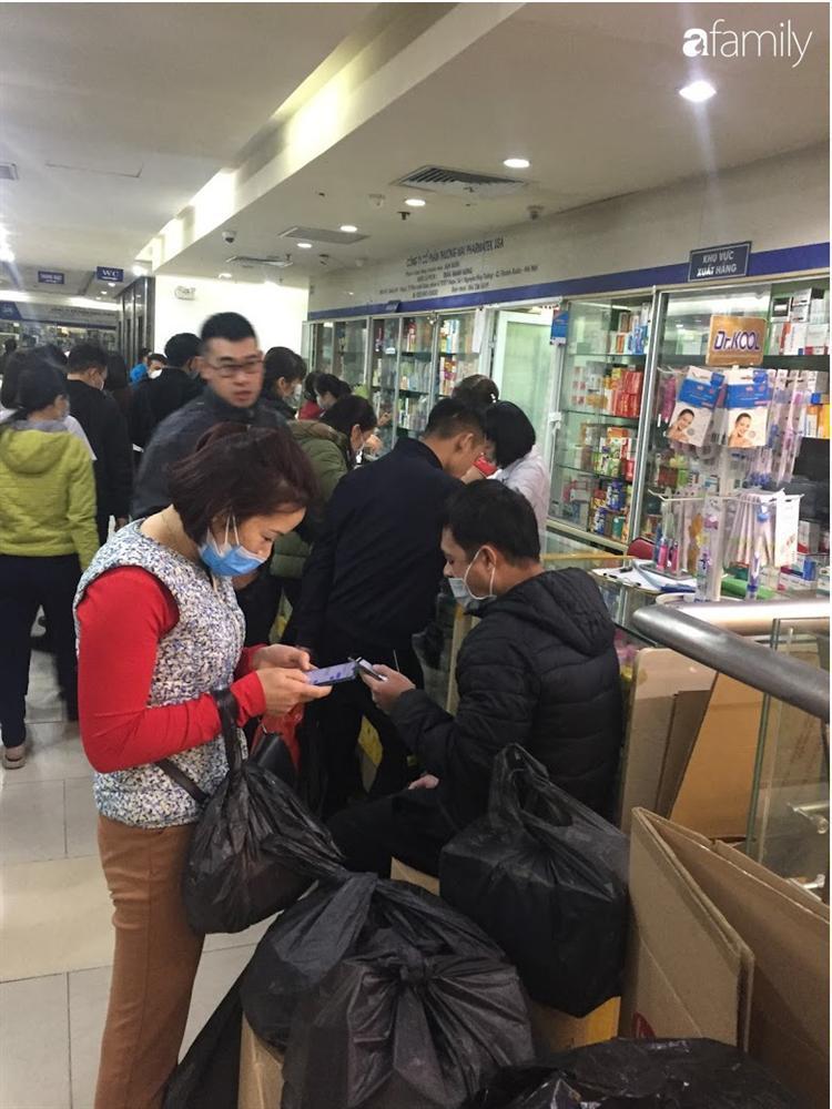 Quá sợ virus corona, người dân Hà Nội chen lấn xô đẩy mua khẩu trang dù giá tăng nhanh hơn vàng-11