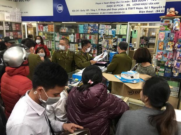 Quá sợ virus corona, người dân Hà Nội chen lấn xô đẩy mua khẩu trang dù giá tăng nhanh hơn vàng-12