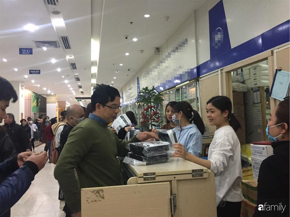 Quá sợ virus corona, người dân Hà Nội chen lấn xô đẩy mua khẩu trang dù giá tăng nhanh hơn vàng-14