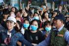 Fan vây kín Tân Sơn Nhất để đón nhóm nhạc Hàn giữa đại dịch corona