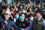 Giữa dịch corona, fan đến xem concert của WINNER được đo thân nhiệt và phát khẩu trang miễn phí-9