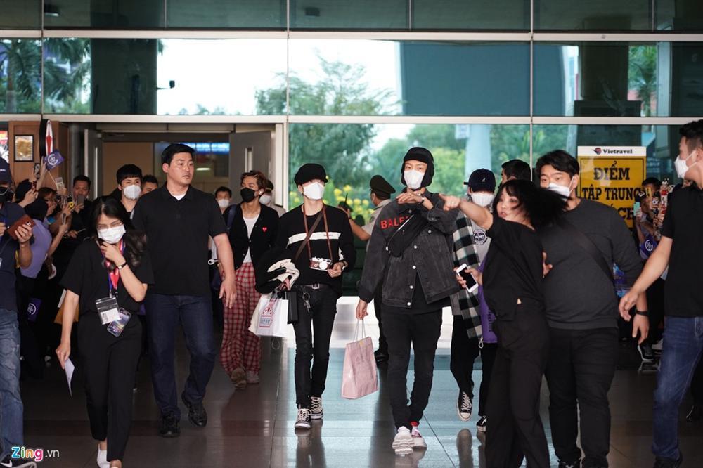 Giữa dịch corona, fan đến xem concert của WINNER được đo thân nhiệt và phát khẩu trang miễn phí-2