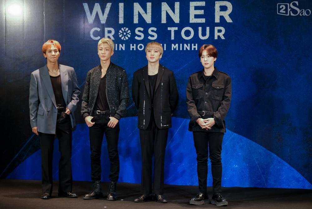 Giữa dịch corona, fan đến xem concert của WINNER được đo thân nhiệt và phát khẩu trang miễn phí-3