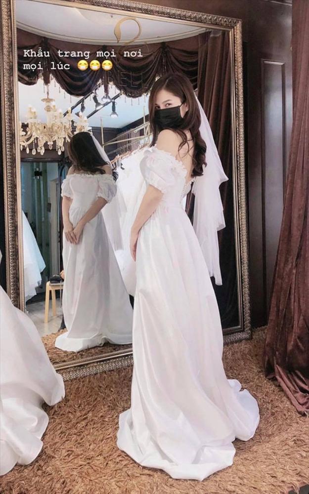 Đi thử váy cưới giữa đại dịch corona, nữ MC xinh đẹp có cách phòng chống được cả thế giới hưởng ứng-1