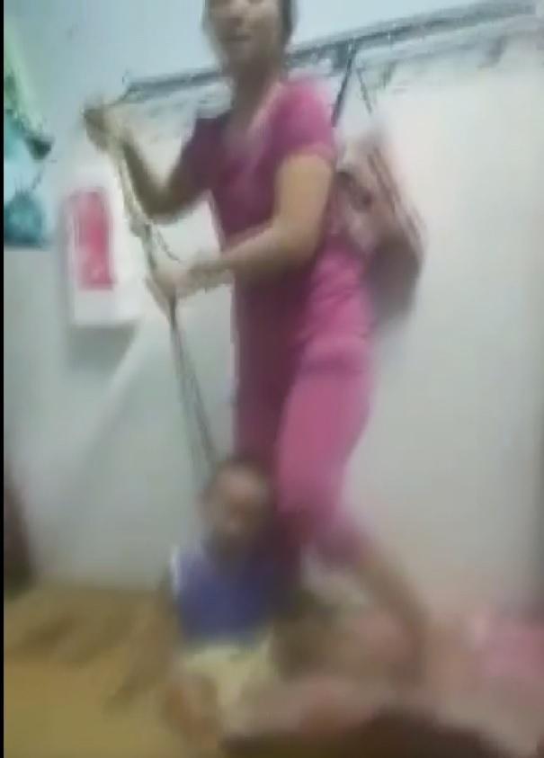 Clip: Sôi máu nhìn người mẹ ở Bình Dương buộc dây dù vào cổ con 2 tuổi, đánh đập như tra tấn-2