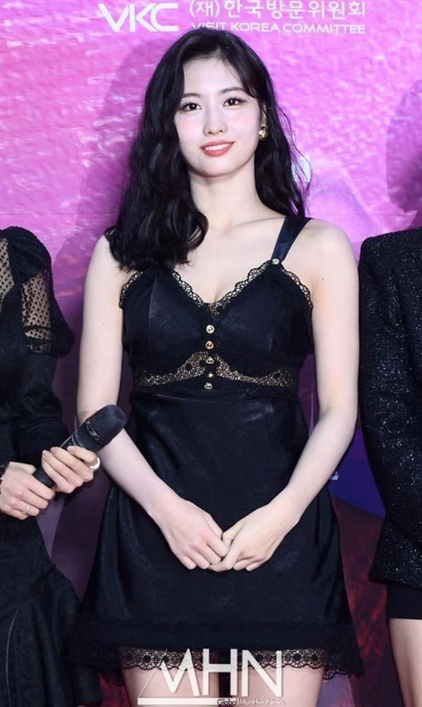 Stylist lại khiến người hâm mộ Twice nổi đóa vì outfit mỏng tang của Momo dưới cái rét 5 độ C-5