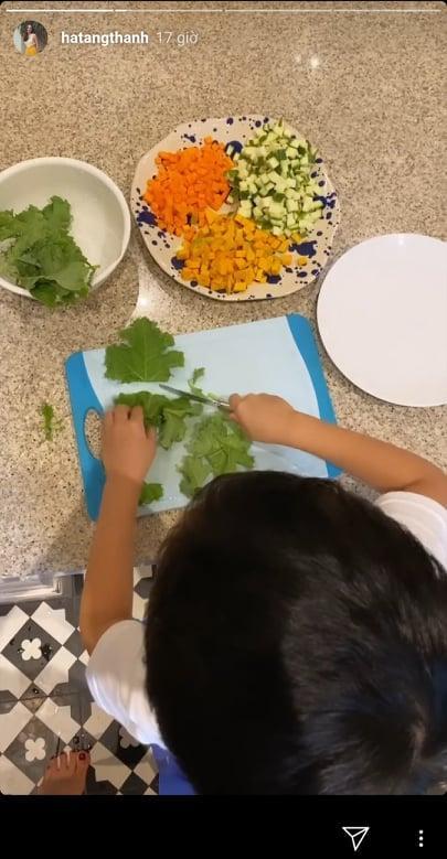 Đâu phải ngồi mát ăn bát vàng, con trai Tăng Thanh Hà tự chuẩn bị bữa tối dù chưa đầy 5 tuổi-2