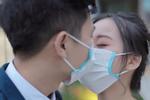 'Bắt trend' corona, cặp đôi chụp ảnh cưới tình tứ hôn nhau qua lớp khẩu trang khiến dân mạng tranh cãi