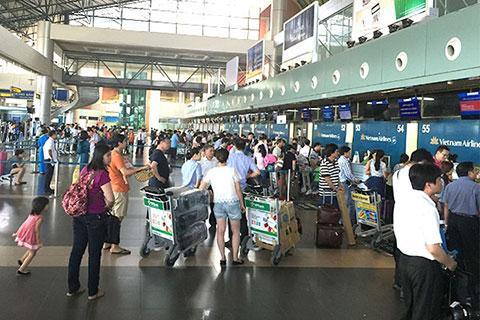 Nhóm du khách Trung Quốc cố thủ ở sân bay Nội Bài, nhất định không chịu làm thủ tục về nước vì sợ nhiễm Corona-1