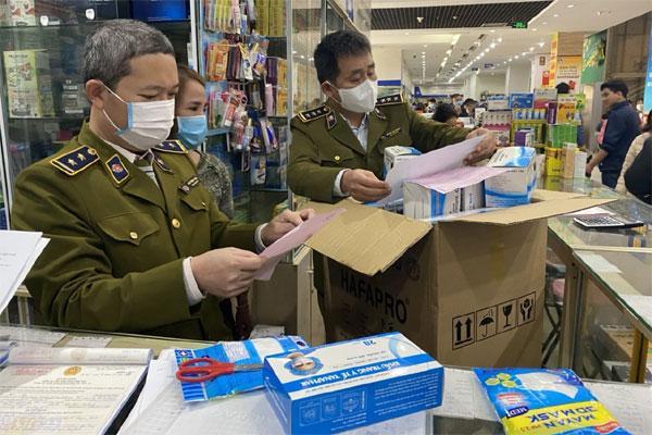 Dịch virus Corona: Sau lệnh tước giấy phép kinh doanh vì tăng giá bán khẩu trang, nhiều cửa hàng bị phạt nặng, có nơi bị phạt 60 triệu-3