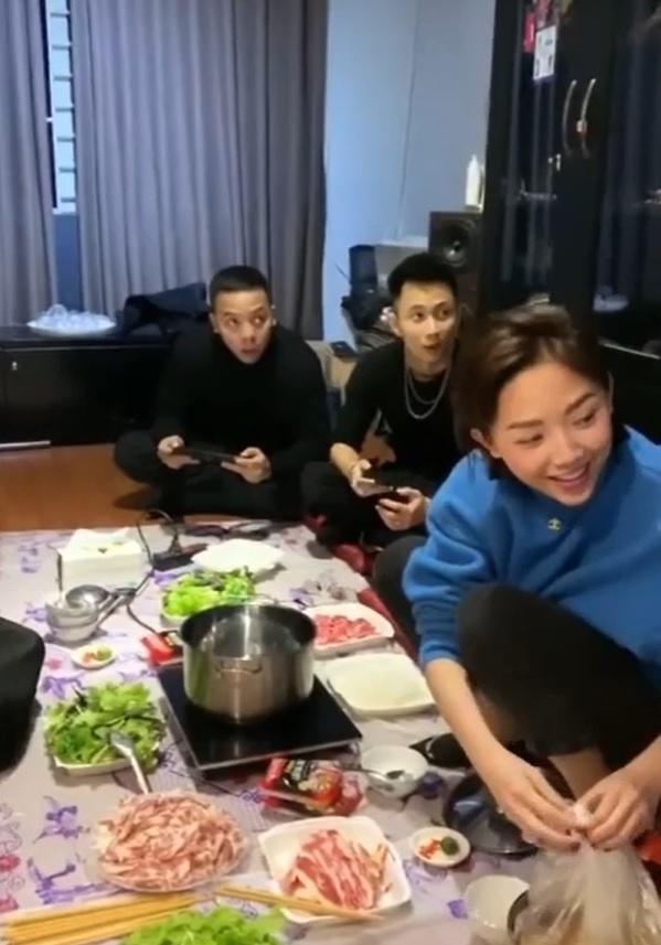 Ảnh Tóc Tiên ăn Tết cùng bạn trai Hoàng Touliver ở Hà Nội-2