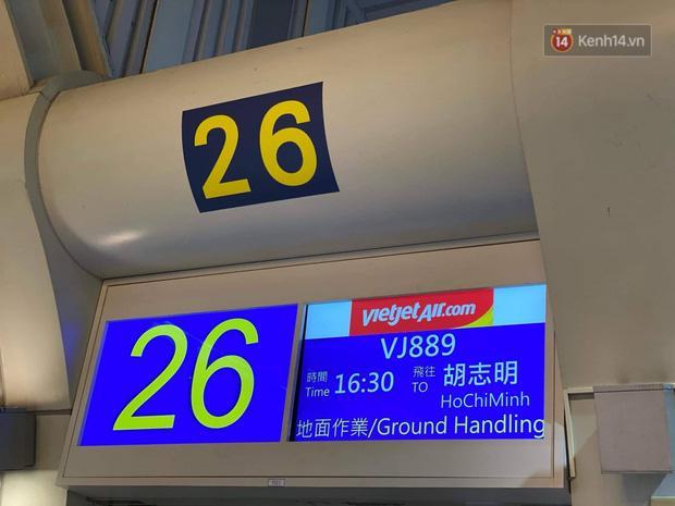 Cả trăm du khách Việt vật vờ ở sân bay Đài Loan từ sáng đến tối để chờ về nước trong mùa dịch virus corona-1
