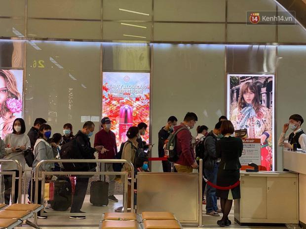 Cả trăm du khách Việt vật vờ ở sân bay Đài Loan từ sáng đến tối để chờ về nước trong mùa dịch virus corona-2