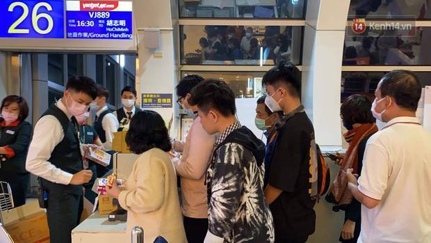 Cả trăm du khách Việt vật vờ ở sân bay Đài Loan từ sáng đến tối để chờ về nước trong mùa dịch virus corona-5
