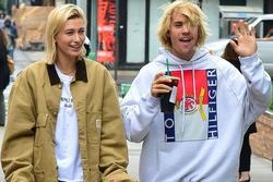 Justin Bieber thường mặc xấu, tóc rối tung khi sánh đôi bên vợ