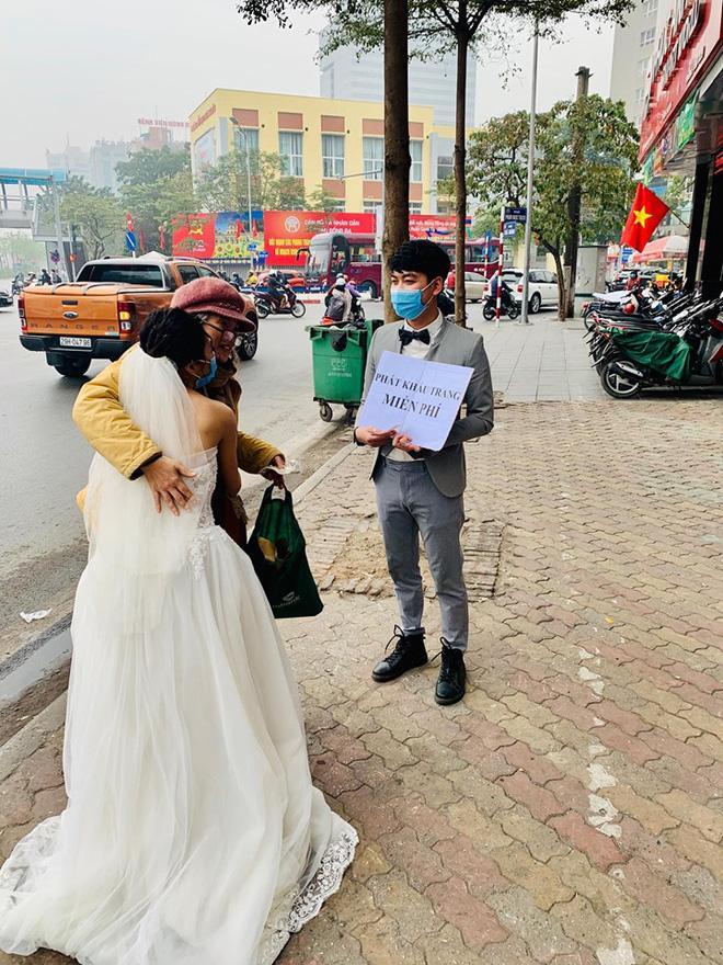 Cô dâu chú rể phát khẩu trang miễn phí trên phố khiến dân mạng tranh cãi gay gắt-2