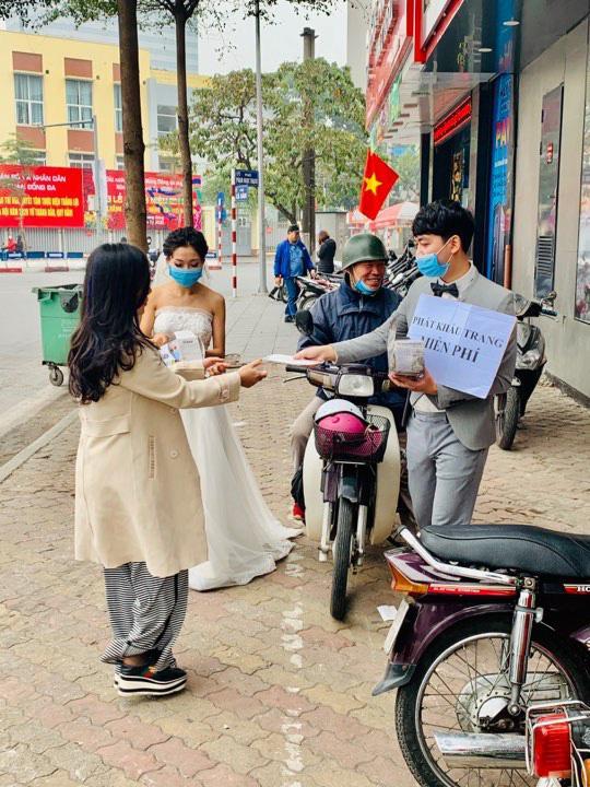 Cô dâu chú rể phát khẩu trang miễn phí trên phố khiến dân mạng tranh cãi gay gắt-3