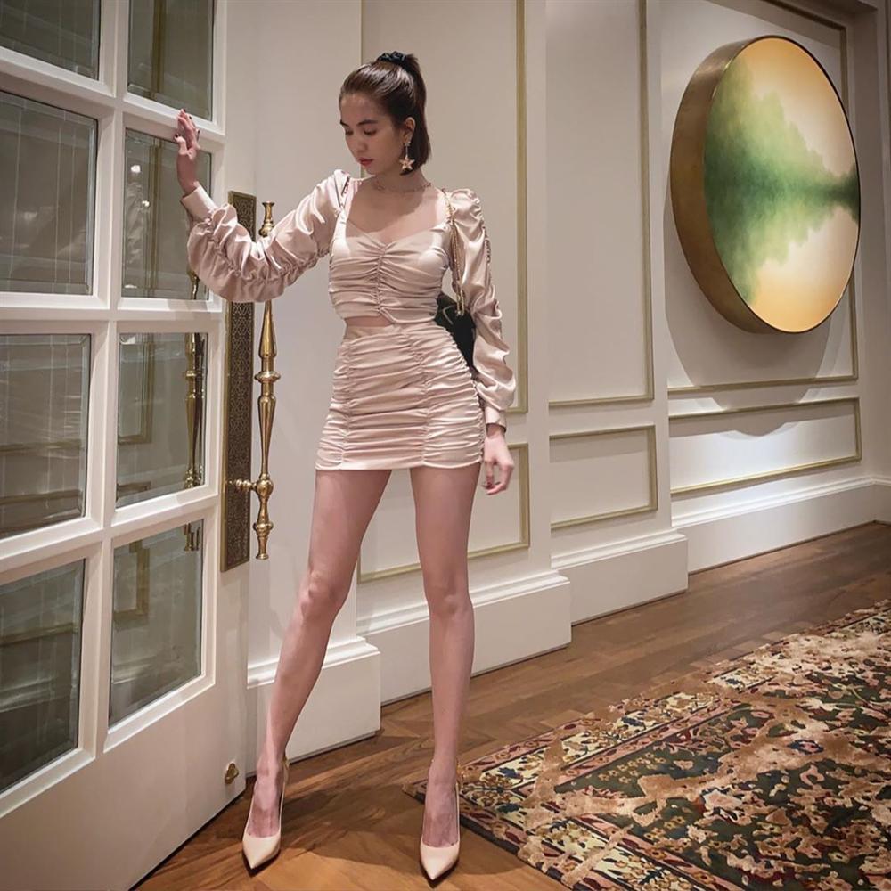 Khoe clip mix đồ sành điệu nhưng Ngọc Trinh để lộ đôi chân cong queo chẳng thể khép kín-10