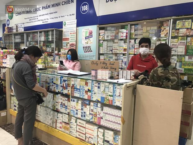 Người Hà Nội bức xúc khi chợ thuốc Hapulico đồng loạt treo biển không bán khẩu trang, nước rửa tay, miễn hỏi-6