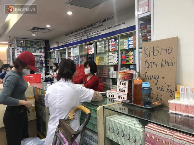 Người Hà Nội bức xúc khi chợ thuốc Hapulico đồng loạt treo biển không bán khẩu trang, nước rửa tay, miễn hỏi-5