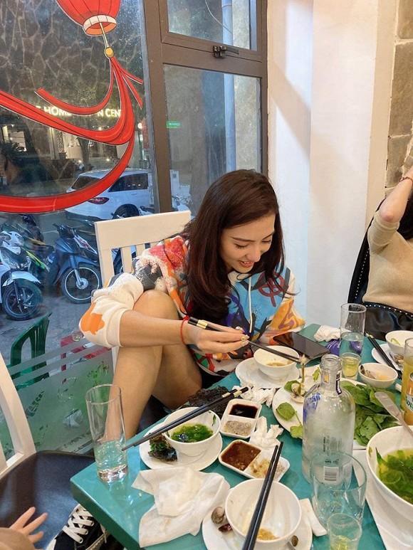 Đi ăn ở nhà hàng, Hồng Quế ngồi gác chân bá đạo không thua Ngọc Trinh-1