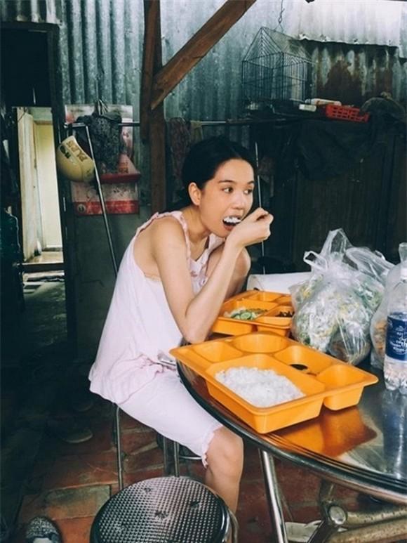 Đi ăn ở nhà hàng, Hồng Quế ngồi gác chân bá đạo không thua Ngọc Trinh-4