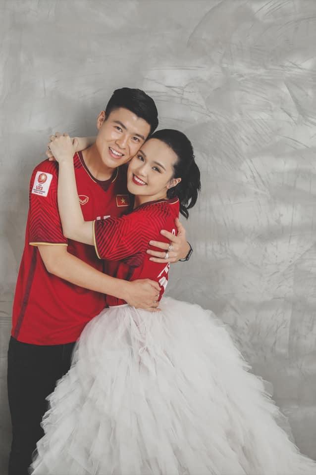 Gần đến ngày cưới, Quỳnh Anh khoe ảnh cưới mặc áo đấu đặc biệt của Duy Mạnh ở đội tuyển Việt Nam-1