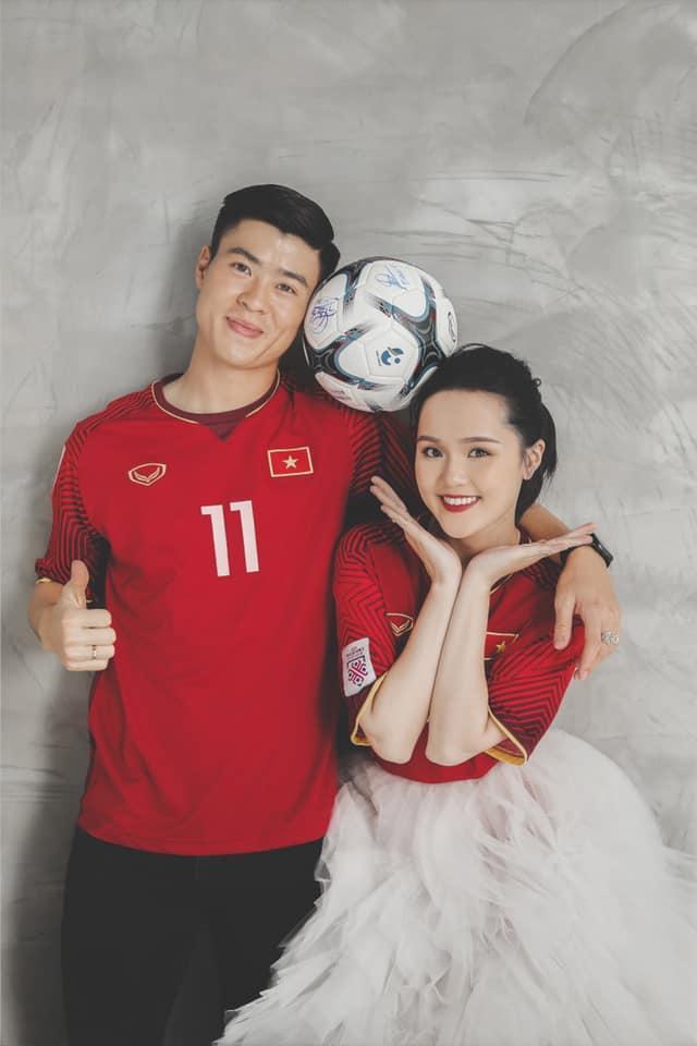 Gần đến ngày cưới, Quỳnh Anh khoe ảnh cưới mặc áo đấu đặc biệt của Duy Mạnh ở đội tuyển Việt Nam-3