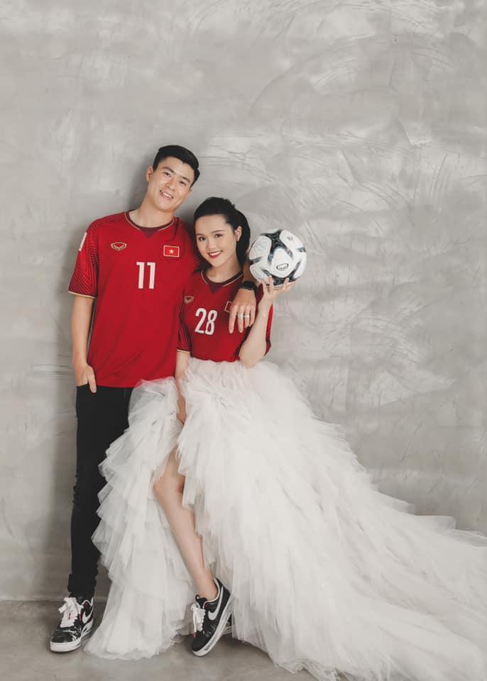 Gần đến ngày cưới, Quỳnh Anh khoe ảnh cưới mặc áo đấu đặc biệt của Duy Mạnh ở đội tuyển Việt Nam-4