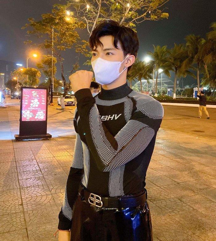 Tắt mic vô thời hạn vì dịch bệnh, Noo Phước Thịnh còn đăng ảnh cả vốc thuốc làm fan tá hỏa-1