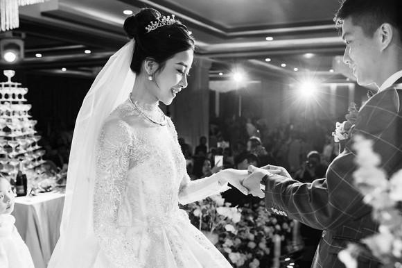 Đăng ảnh cưới đã qua 7749 lớp chỉnh sửa, vợ Phan Văn Đức vẫn bị chê nọng cằm-5