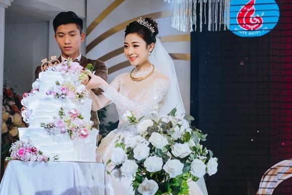 Đăng ảnh cưới đã qua 7749 lớp chỉnh sửa, vợ Phan Văn Đức vẫn bị chê nọng cằm-3