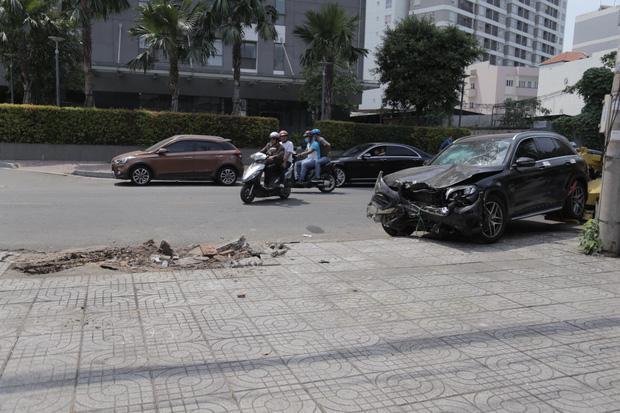 Clip: Tài xế xe Mercedes tông chết Grabbike, tiếp viên hàng không trọng thương ở Sài Gòn-3