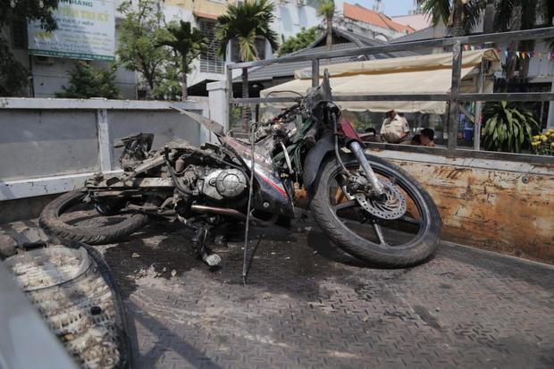 Clip: Tài xế xe Mercedes tông chết Grabbike, tiếp viên hàng không trọng thương ở Sài Gòn-2