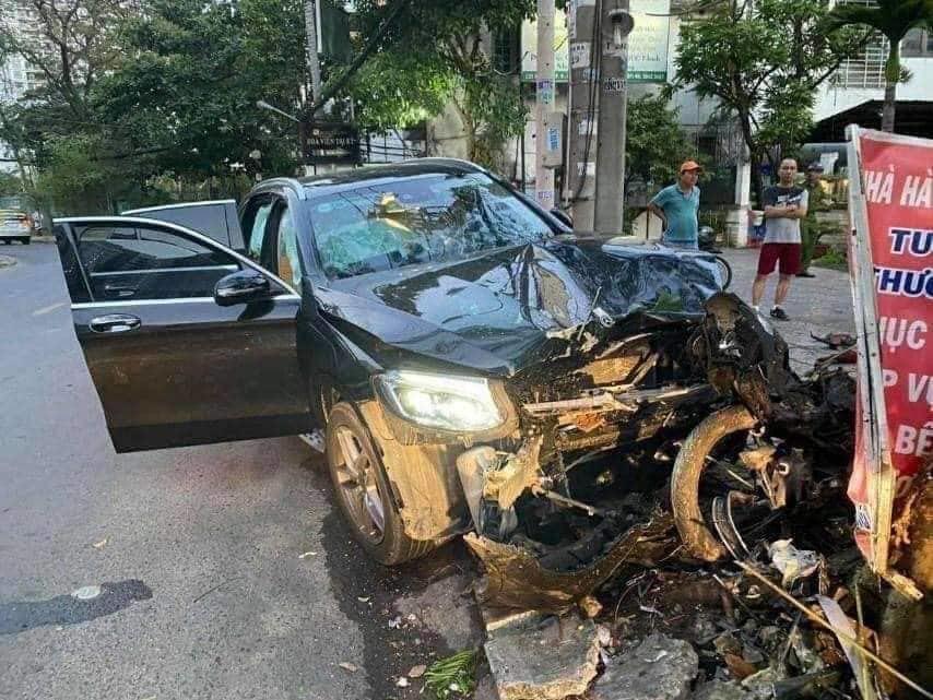 Clip: Tài xế xe Mercedes tông chết Grabbike, tiếp viên hàng không trọng thương ở Sài Gòn-1